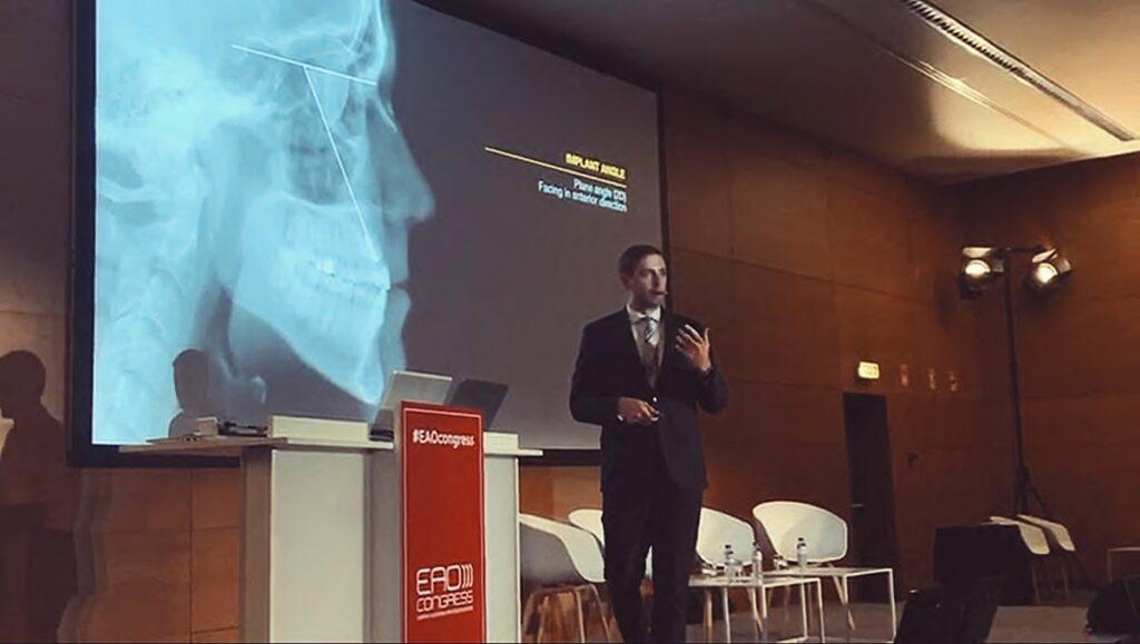 Dr. Balazs Feher auf der Bühne in Lissabon