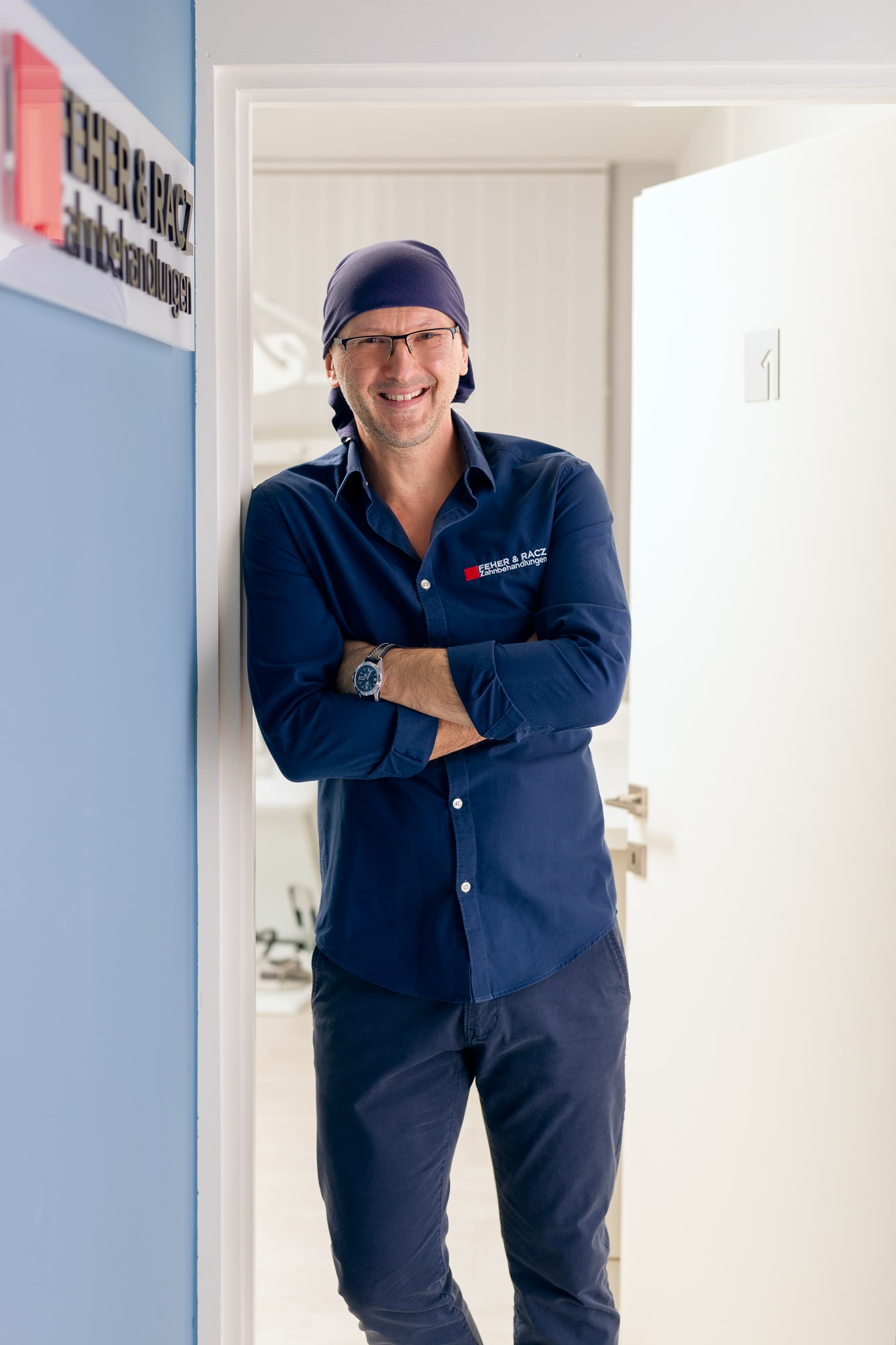Dr. Peter Feher vor dem Behandlungszimmer